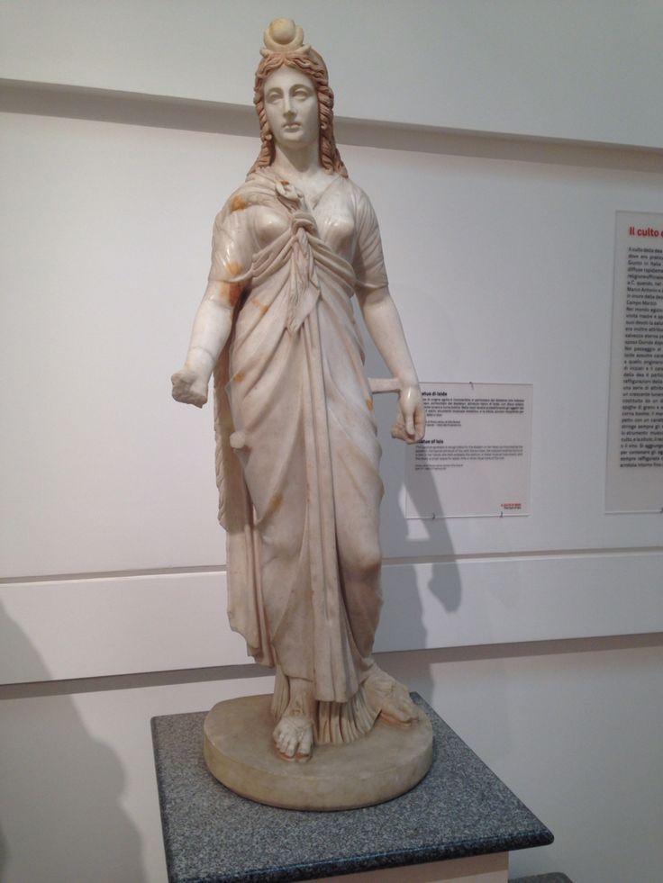 Vrijdag 9 oktober Dit is het stanbeeld van Isis, zij was een Griekse godin en je kon haar herkennen aan de grote diadeem op haar hoofd. Als attributen droeg Isis een ankh bij zich dat staat voor vruchtbaarheid en het eeuwige leven en een zonneschijf met stierenhorens.