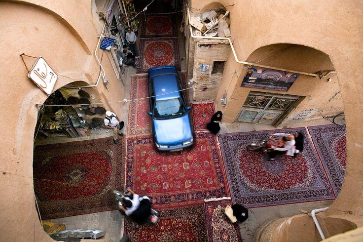 #Yazd e le sue strette strade e viuzze. I tappeti e la gente. Un #Iran stupefacente. Foto di Jalal Sepehr