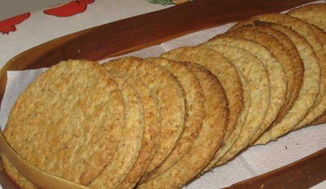 Havrekex som min svärmor brukar baka. Goda med smör och ost på till ostbrickan eller julbordet. Degen är hållbar och lätt att kavla. Delar av degen skall svälla i 12 timmar.