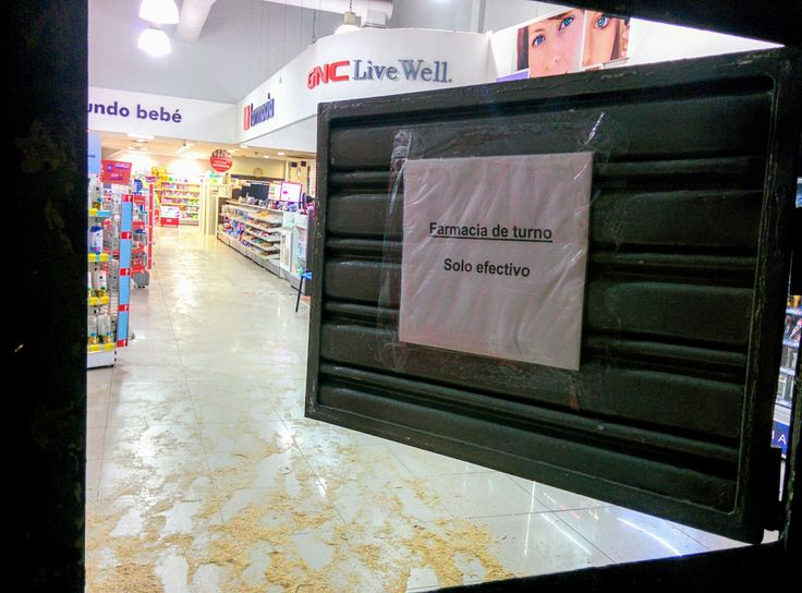 https://flic.kr/p/Vken7C | Quillota007 | Farmacia de turno en la madrugada, calle Chacabuco, Quillota, Valparaíso, Chile. Nexus5.