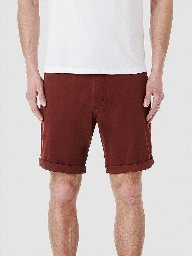 Heritage SELECTED Homme - Regular fit - 98 % Baumwolle, 2 % Elastan - Aufschlag - Gürtelschlaufen - Knopf- und Reißverschluss - Zwei Schrägtaschen - Zwei Paspel-Taschen mit Knöpfen - Leichte Stretch-Qualität. Diese Chino-Shorts schafft dir ein lässiges Sommer-Outfit. Trage sie mit einem offenen, gestreiften Hemd in hellen Farben und Boot-Schuhe. Oder du trägst dazu ein V-Ausschnitt in kräftiger...