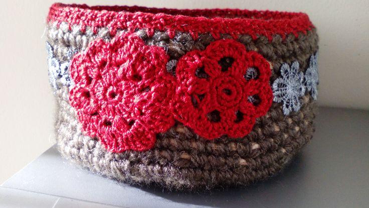 Cesto con cuerda fina y lana marrón,terminado con cenefa de flores grises ,aplicaciones de crochet.