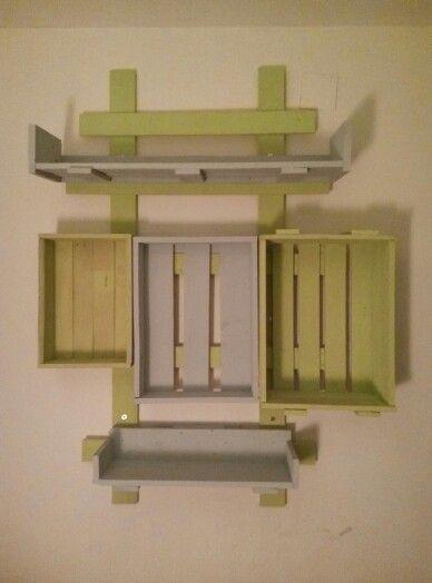 estantera de palets reciclados y pintados con chalkpaint casera