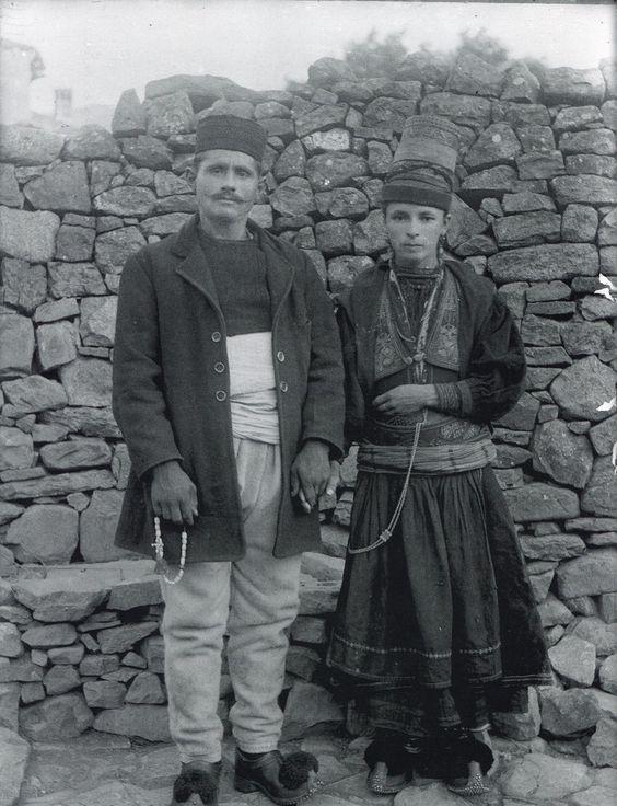Βλάχοι  Κεστρινιώτες  από την περιοχή Κολώνια της Βορείου Ηπείρου, στους Φιλιάτες Θεσπρωτίας 1930. Δημοσίευση  Φώτη Τράσια.