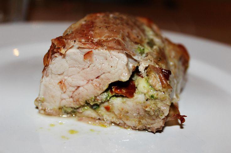 Gevulde varkenshaas uit de oven met pesto, zongedroogde tomaat, rauwe ham en parmezaanse kaas