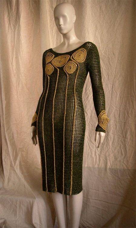 Este vestido forma parte de un estilo que me gusta mucho tejer: bordado con ganchillosobre red. Es fácil y permite desarrollar mucho la ima...