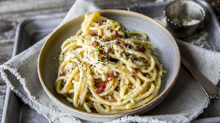 Pasta carbonara er en klassiker på middagsbordet. Det finnes mange forskjellige varianter av pasta carbonara - noen liker å lage carbonara med fløte, andre med erter - men her går vi for en helt klassisk variant med pancetta og parmesan.