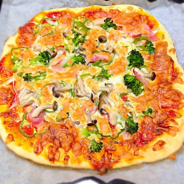 発酵なしの手抜きピザ  トッピングはベーコン3枚、玉ねぎ半玉、ピーマン1個、ブロッコリー半房、しめじ1/4株、ナチュラルチーズにしました - 35件のもぐもぐ - 今日のランチは野菜たっぷりピザに決まり by yukoskitchen