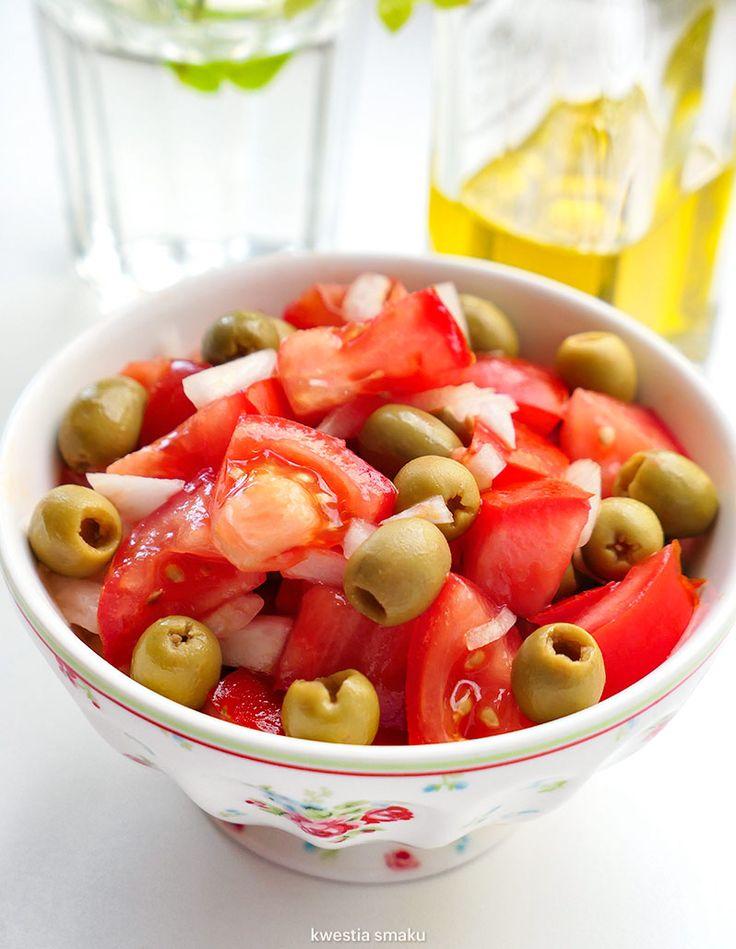 Sałatka z pomidorów, zielonych oliwek i cebuli