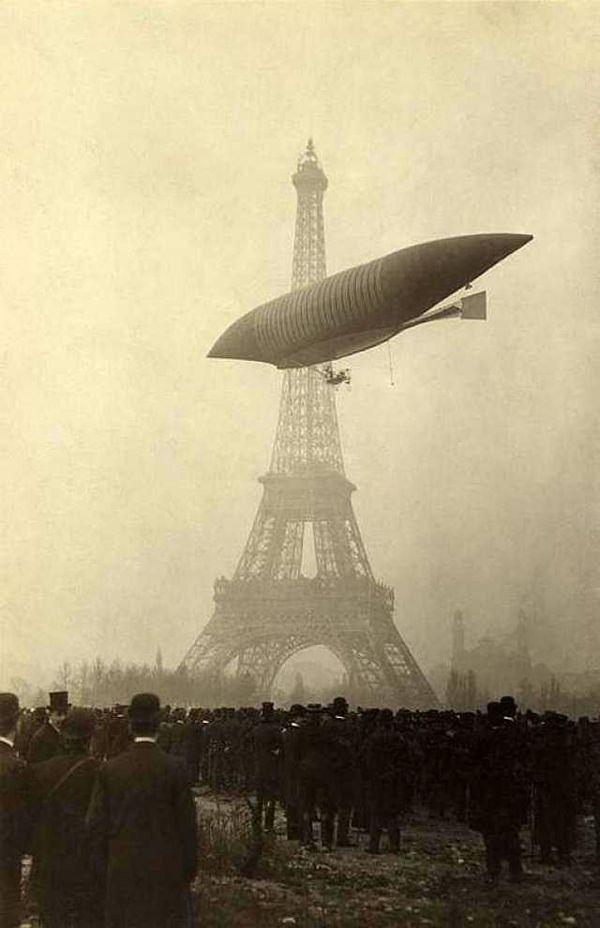 Le 12 novembre 1903, après plusieurs vols d'essai, le Jaune parcours 60Km en 1h41 pour atteindre le Champs de Mars, entre la Tour Eiffel et la Galerie des Machines, vestige des Expositions Universelles de 1889 et 1900. Dès la nouvelle connue, curieux, journalistes et notables accourent pour féliciter les frères Lebaudy. Le dirigeable est démonté, et mis à l'abri dans la Galerie des machines.