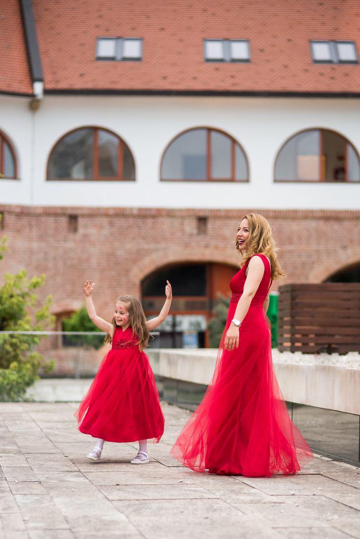 Rochie rosie vaporoasa, pentru mama si fiica, ideala pentru nunta sau botez.