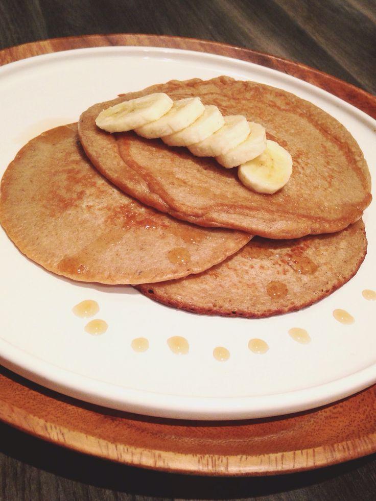 Bananen pannenkoek! Recept: 100ml melk, 1 ei, 1 banaan, 75gr havermoutvlokken en 1el kaneel. Bak met kokosolie 3 minuten beide kanten. Serveer met Maple Syrup