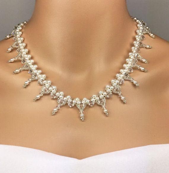 Diese Swarovski Perle und Kristall Vintage Look Anweisung Bridal Collier-Set verfügt über eine sehr alte europäische Antik-Look. Sie erhalten die Halskette und Ohrringe. (Ohrringe, das 1. Foto)  Ich entwarf in diesem Beispiel mit weissen Swarovski-Perlen 4 mm, klare Swarovski Crystals in 5mm und Silber Delica-Samen, den Perlen, die einen Spiegel haben zu beenden. Die Kette ist 18 1/2 lang und 1 breit. Die Spange ist massiv Sterling-silber.  Die passenden Ohrringe haben einen 6mm Bicone…