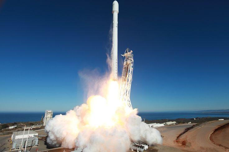 SpaceX stuurt geheimzinnige drone X-37B de ruimte in voor Amerikaanse luchtmacht  SpaceX gaat over twee maanden de geheimzinnige drone X-37B de ruimte insturen voor de Amerikaanse luchtmacht. Het kleine ruimtevliegtuig wordt in augustus door de Falcon 9 in een baan rond de aarde gestuurd. Het is de eerste opdracht van het ruimtevaartbedrijf van Elon Musk voor de Air Force schrijft Reuters.  De aankondiging komt mogelijk zo kort voor de lancering omdat er veel geheimzinnigheid is rond de…