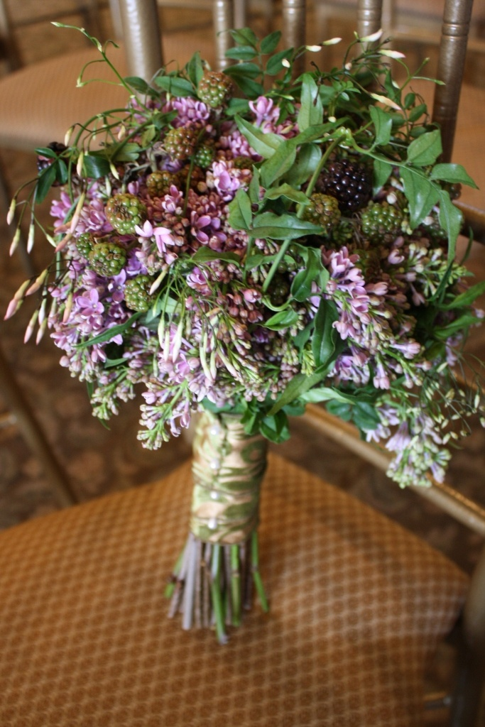 Beautiful bouquet of lilac, blackberries, and jasmine vineWedding'S Bouquets, Composition Floral, Purple Wildflowers, Floral Design, Golf, Jasmine Vines Would, Beautiful Bouquets, Floral Inspiration, Dreams Venues