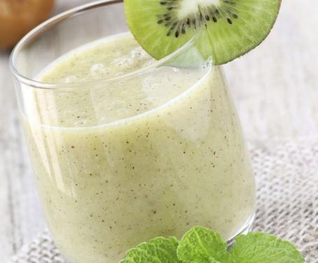 Il frappè di kiwi e banana è un'ottima idea per rinfrescarsi durante un pomeriggio estivo, e la consistenza cremosa lo rende particolarmente gradevole.