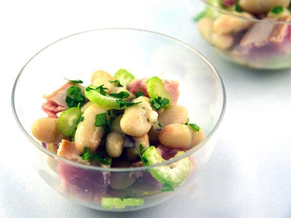 """Insalata di tonno e cannellini, solo 102 calorie a bicchierino!  Una deliziosa monoporzione di insalata per un antipasto o un contorno sfizioso. Dal blog """"La via delle spezie"""""""