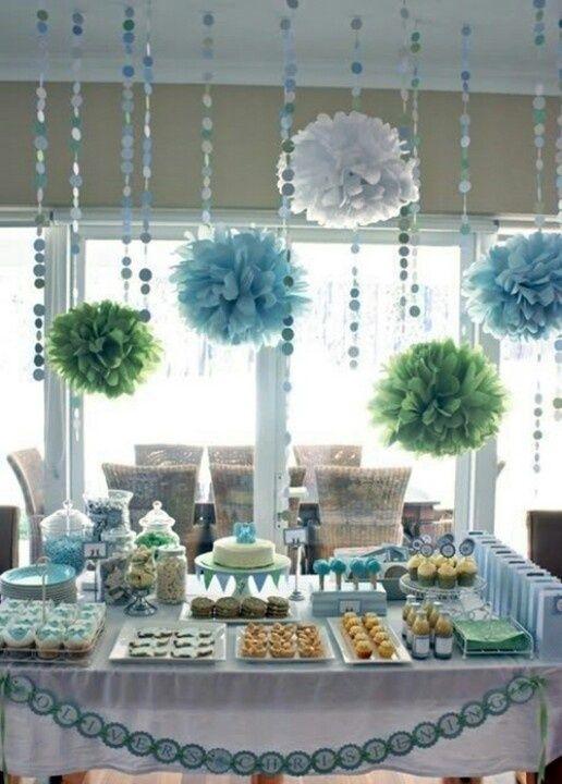 mesas de dulces y postres con decoración de colores