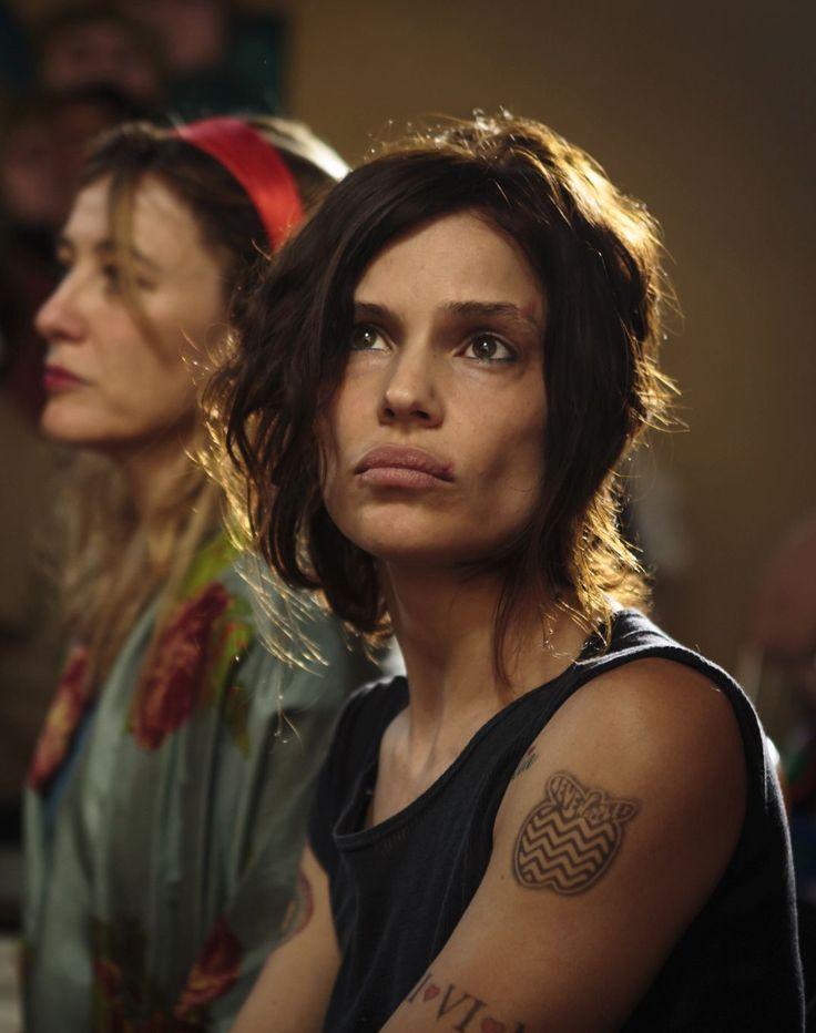 Donatella (Micaela Ramazzotti) parla quasi a monosillabi. È stranita. Ha cicatrici sulle braccia © 01 Distribution