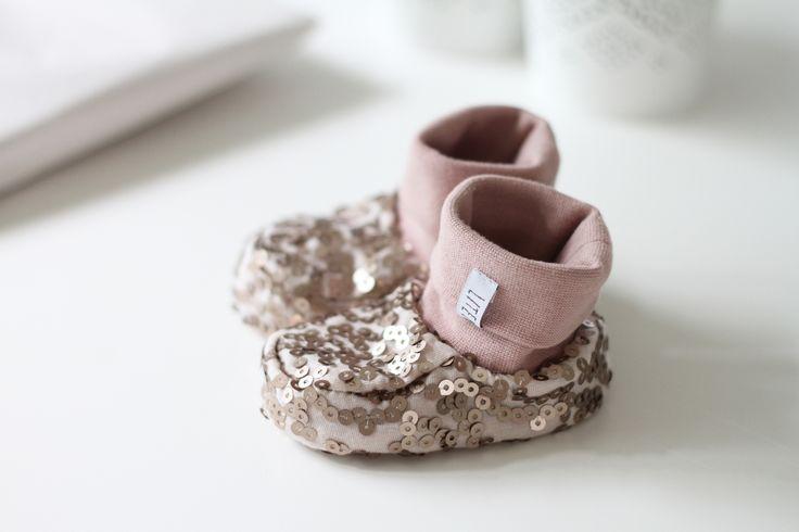 Söta skor i en puderrosa färg med paljetter på. Perfekta att ge bort i present eller att ha på fossingarna när det nalkas kalas. Mer info på bloggen: litenelsa.blogg.se #skor #babyskor #paket #paketinslaning #present #wrapping #puderrosa #paljetter #litenelsa