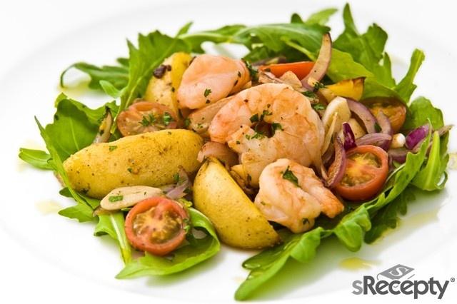 Na olivovém oleji orestujeme česnek a červenou cibuli, přidáme krevety, poté brambory, které jsme si předtím uvařili ve slupce. Prohřejeme a podáváme na lůžku z rukoly a cherry rajčátek.