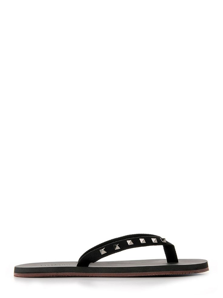 Black rubber flip flop from Valentino Garavani with contrasting camouflage burgundy sole and Rockstud on black gros grain ribbon. They will be perfect for your beach parties and for your lazy days at the pool.