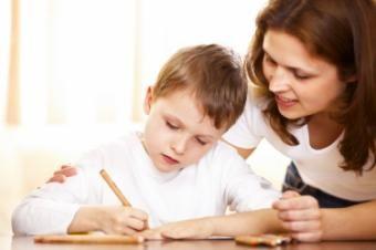 """Cum sa-i facem pe copii sa le placa scoala, sa-si rezolve temele singuri si sa citeasca relaxati lecturile obligatorii? Nu exista retete care sa dea rezultate in toate cazurile, pentru ca fiecare copil e diferit, iar motivele si dorintele lui sunt la fel de diferite. Din fericire, exista cateva """"instructiuni"""" pe care parintii le pot urma pentru a-l motiva pe copil sa nu priveasca scoala ca pe o pedeapsa ori ca pe un loc ingrozitor, cu profesori absurzi sau extraordinar de duri."""