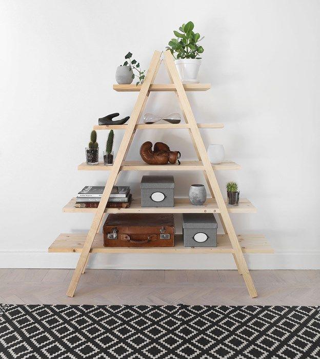 Oavsett om du har hittat två gamla trästegar på loppis eller om du vill bygga dina egna är den här hyllan en enkel match att bygga. Några plankor som hyllplan och lite verktyg som de flesta av oss har hemma och hyllan är byggd på ett par timmar. Gör det själv, DIY, hemmafix.