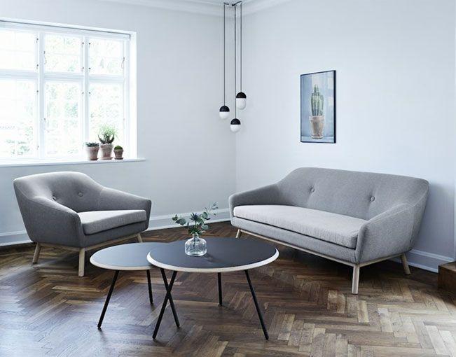 La butaca Peppy es un butaca animada y con buen humor. Está inspirada en el diseño escandinavo de los años 60 y es una interpretación moderna de una butaca retro. Su forma en general, base de madera y botones característicos le dan un encanto muy seductor.  La butaca