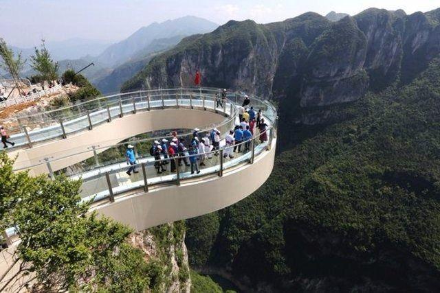 Kendinizi uçurumun kenarında hissedeceksiniz...  Longgang Ulusal Parkı'nda bulunan nal şeklindeki cam yürüyüş yolu, ana kayadan 30 metre uzaklıkta yer alıyor. Aşağıya bakmak ise oldukça ürkütücü olmalı.