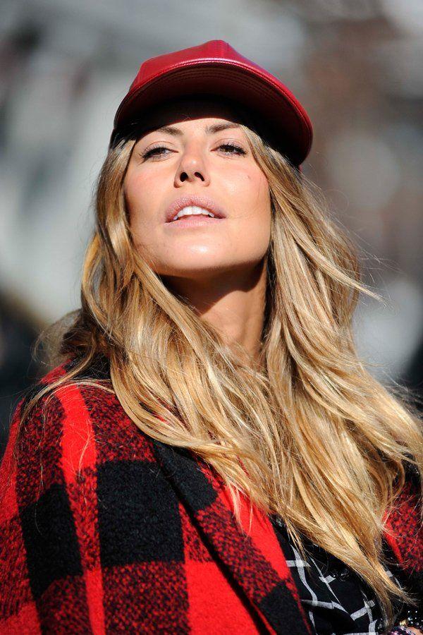 Schaut gut aus: lange, wellige Haare unter der Baseballcap - hier am Rande der New York Fashion Week.