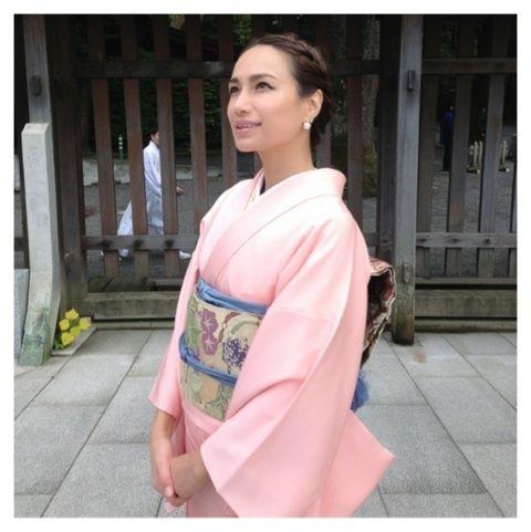 珍しい和服姿の佐田真由美。
