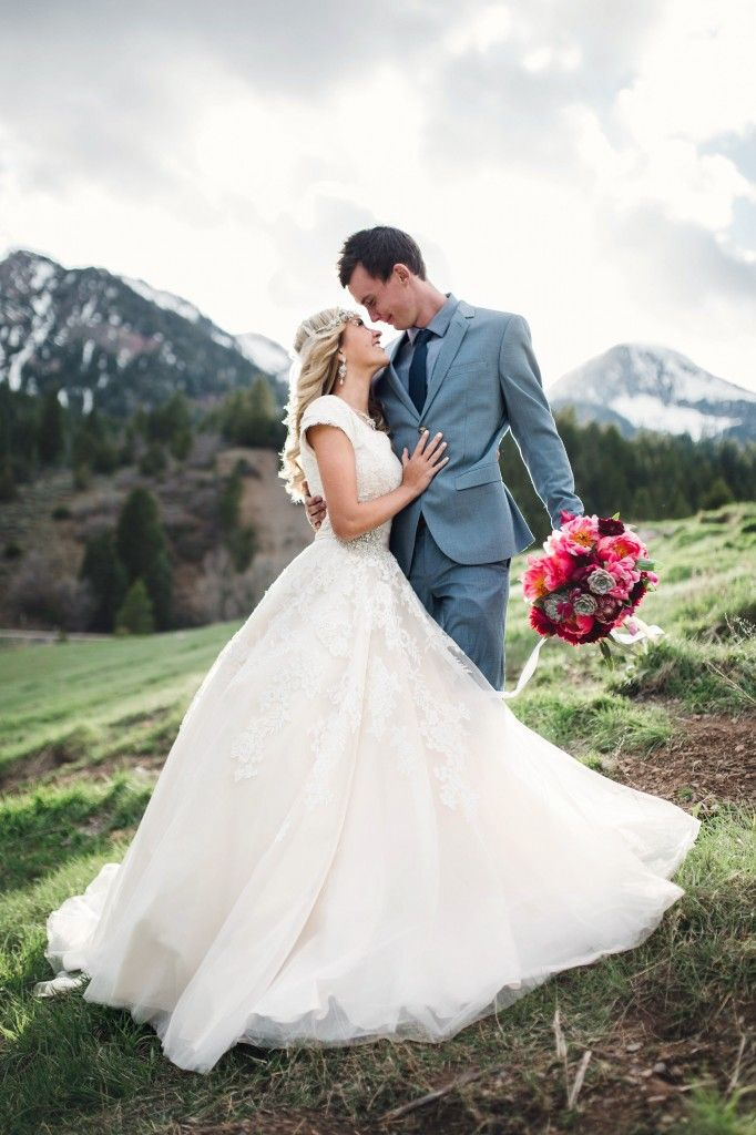 Gorgeous bride and groom photo in the mountains. Wedding photography | mountain wedding | outdoor wedding