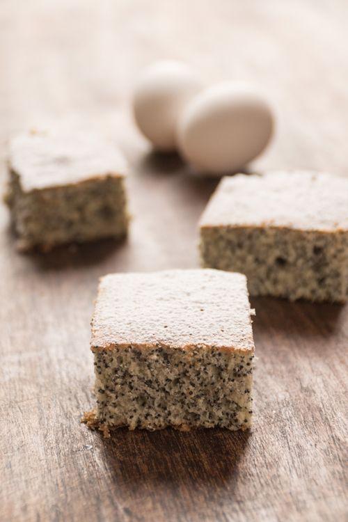 Scroll down for English Version - Zwijają Na dół dla Polskiej Wersji In lingua polacca, «piegusek» vuol dire letteralmente lentigginoso. È, però, anche il nome di un dolce tradizionale, a base di uova, farina, zucchero, e latte, le cui lentiggini consistono nei semi di papavero. Il Piegusek era