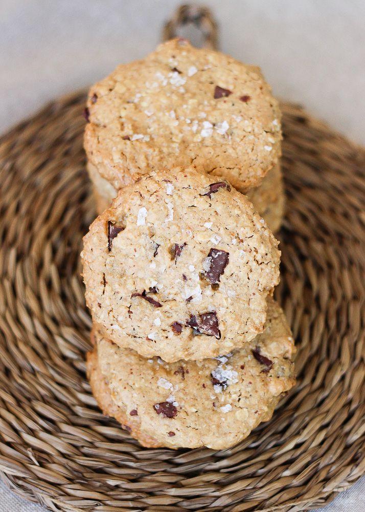 Hoy volvemos a preparar galletas. Con avena, chocolate y mantequilla de cacahuete. Será un milagro si os duran dos días en la lata.