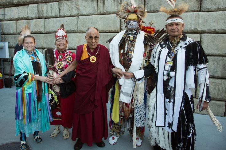 Его Святейшество Далай-лама с индейцами племени Чероки. Шарлоттсвилль, штат Виргиния, США. 11 октября 2012 г.