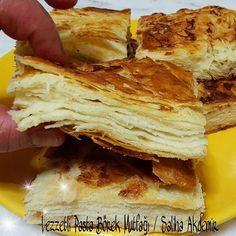 Kat kat ayrılan Yazma ÇöreğiYanında da komposto mmmhh miss YAZMA ÇÖREĞİ Malzemeler: 1 kg un 1.5 tatlı kaşığı tuz Yarım paket yaş maya Su Açılan hamurların arasına sürmek için 250 gr tereyağı veya margarin 1 çay bardağı sıvı yağ Üzerine sürmek için 2 yemek kaşığı yoğurt Yapılışı: Un derin bir kaba konulur. Bir kaseye maya konulur ve ılık su ile ezilir. Unun ortası açılarak eriyen maya dökülür tuz ilave edilerek kulak memesi kıvamında yoğurulur. Yağımız eriyene kadar mayalanması yeterli…