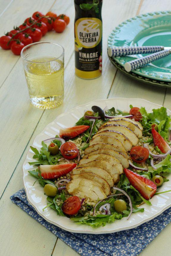 Cinco Quartos de Laranja: Salada de frango com arroz integral e vinagre balsâmico