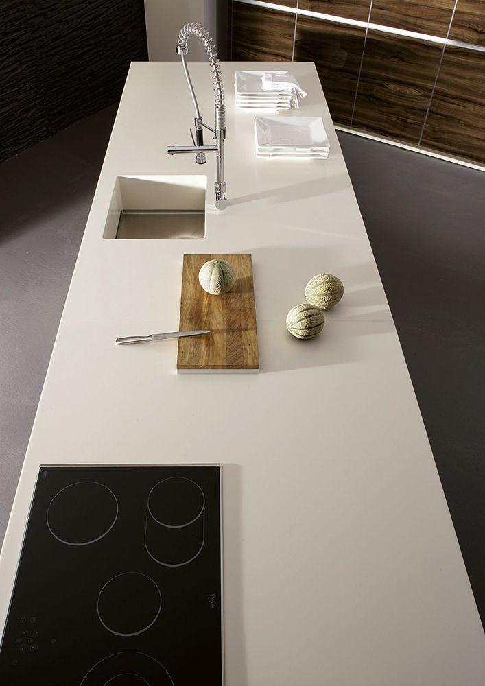Küchenarbeitsfläche Aus Corian, Fugenlos Untergebaute Spüle Mit  Hochwertigem Edelstahl Boden