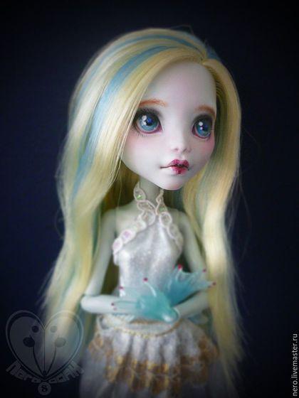Купить или заказать OOAK куклы Lagoona Blue (Monster High) в интернет-магазине на Ярмарке Мастеров. Кукла новая,волосы мягкие и не жирные. Бёдра куклы пересажены на резинку. Шарниры тугие.Давно мечтала стереть краску с ручек лагуны,и я это сделала . Шикарный голубой цвет :3. ООАК сделан по всем правилам и закреплён клиром. Девочке сделан маникюр,закреплён. Кружево на лице тоже закреплено и украшено мелкими блёст…