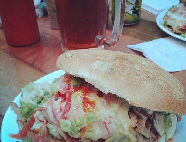 Lomito Fuente Mardoqueo: palta, champiñones, tomate y mayo casera. Un sandwich ENORME!