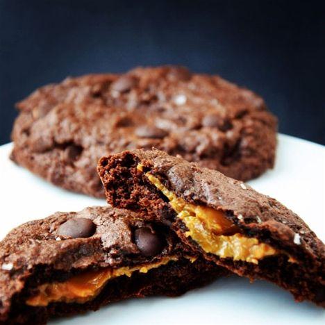 Chokolade og karamel i skøn forening! Disse cookies hører til blandt mine absolutte favoritter. De er knasende sprøde i kanten og gemmer på en blød kerne af den lækreste karamel. Uhm!