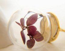 Collana con fiori di ortensia rosso vintage in sfera di cristallo e catena in ottone anticato dorato