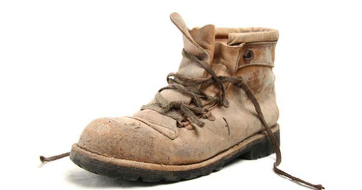 Como usar sapatos de biqueira de aço (Steel Toe). Os sapatos de biqueira de aço, normalmente botas, são muito usados para fins de trabalho. Também podem ser usados para caminhadas e outros atividades ao ar livre. São excelentes para proteger os pés de possíveis ferimentos. Para usá-los é necessário que sejam do tamanho adequado e deve-se calçá-los com meias apropriadas, deixando-os mais ...