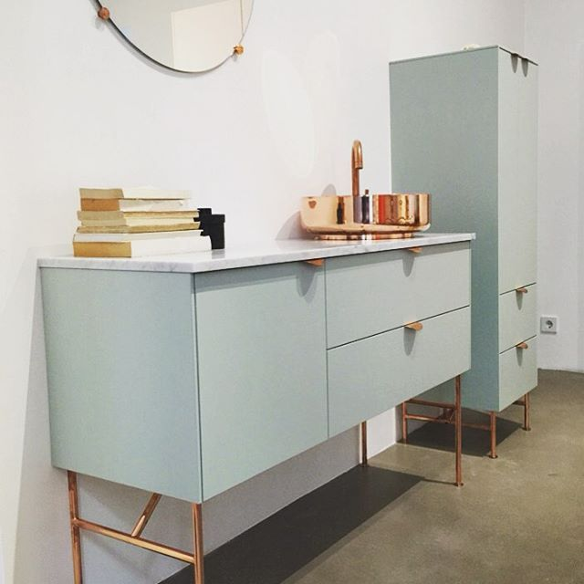 Inside our Stockholm showroom. An Aerugo Green vanity unit built on Ikeas Metod Wall cabinets. It's 120cm wide/40cm deep/40cm high. Legs are the 37cm high Angles legs in copper, washbasin is the SuperSink in solid and untreated copper, and the tap is the Tapwell Evo - also in untreated copper that will give the metal a beautiful patina. Handles are Holy Wafers in copper.