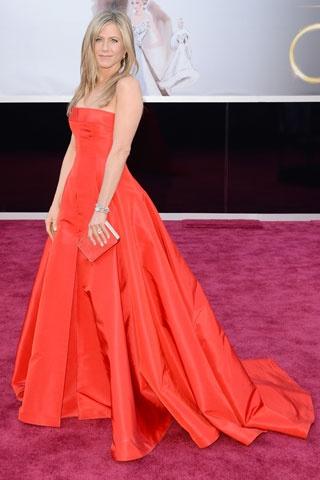 Jennifer Aniston    Elbise: Valentino  Clutch: Salvatore Ferragamo  Mücevher: Fred Leighton http://elle.com.tr/fotogaleri_FotoGaleriDetay/1970.aspx#