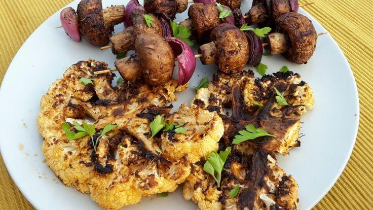 bloemkoolsteaks en champignonsatés op de barbecue