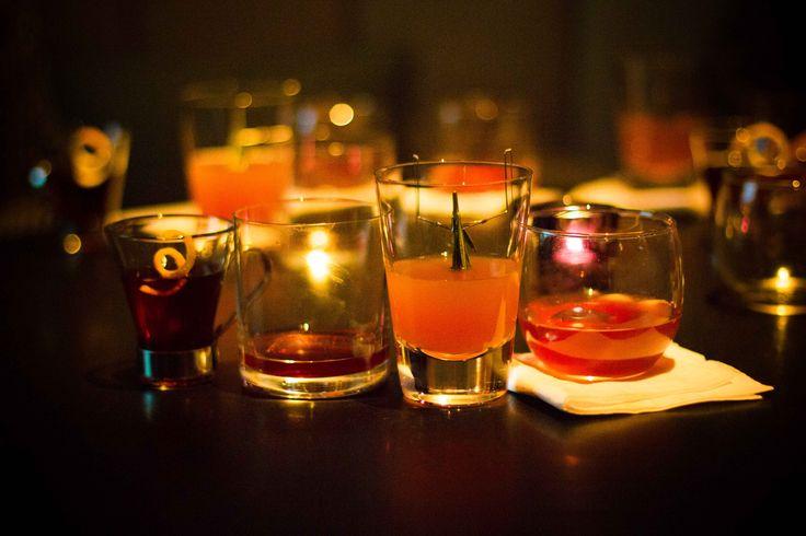 2730030 ¿Te apetece tener una experiencia coctelera única en Londres y no sabes dónde ir? ¡Estás en el sitio adecuado! No dudes ni un segundo más en leer nuestra lista de los top 10 bares clandestinos londinenses para disfrutar de una auténtica experiencia londinense top secret, saboreando multitud de cocteles diferentes! Anímate y luego nos lo cuentas! 10. New Evaristo Club 57 Greek Street, Soho, London, W1D 3DX New Evaristo Club, también conocido como Trisha's, es uno de los mejores…