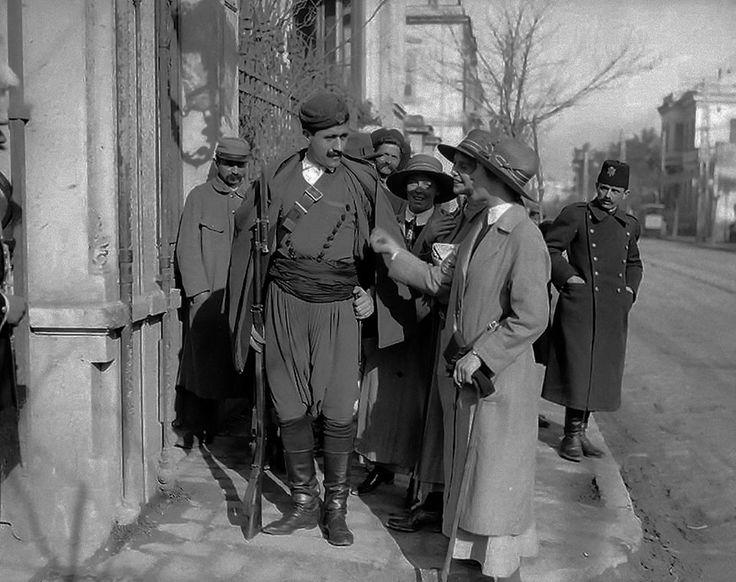 Αγγλίδες ή Αυστραλές νοσηλεύτριες συζητούν... (λέει η λεζάντα) με έναν όμορφο λεβέντη Κρητικό σωματοφύλακα του Βενιζέλου το 1917 στην Θεσσαλονίκη.