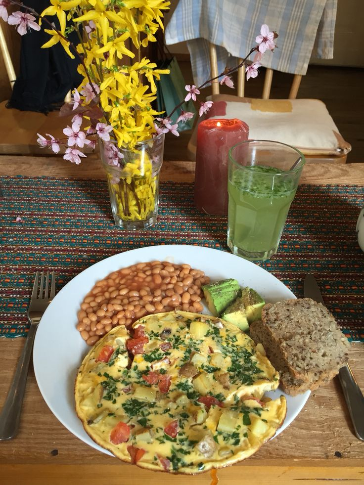 Omlett with veggies and potato together with baked beans and avocado. Served with gluten free self baked bread! Drink: a lemon-basil-ginger-lemonade sweetened with honey, yumm!